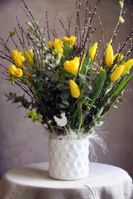 Composition de saison - tulipes et freesias - La Saladelle - Atelier décoration florale
