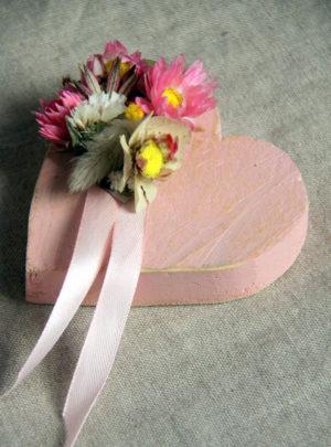 Fleurs-séchées-Petit-cœur-rose-et-satin-LAtelier-dEstelle-pour-La-Saladelle