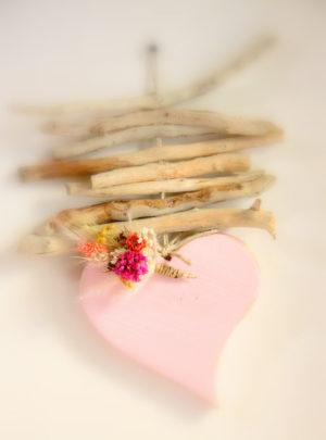 Coeur-bois-flotté-et-fleurs-séchées-La-Saladelle